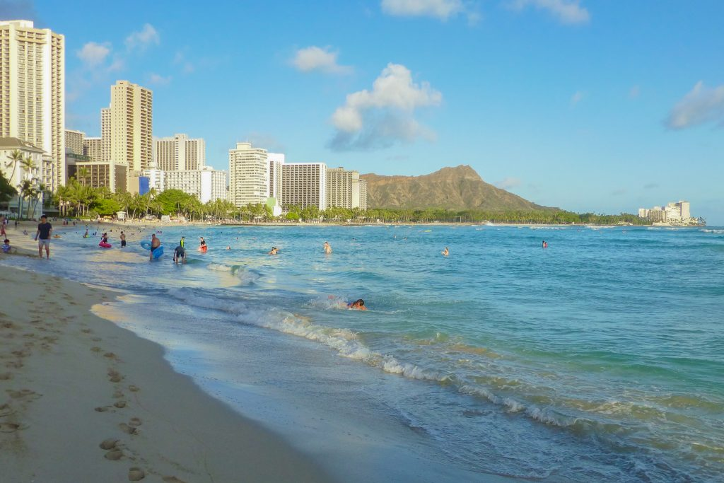 White buildings, blue ocean, and green mountain - Ultimate Oahu Hawaii Guide